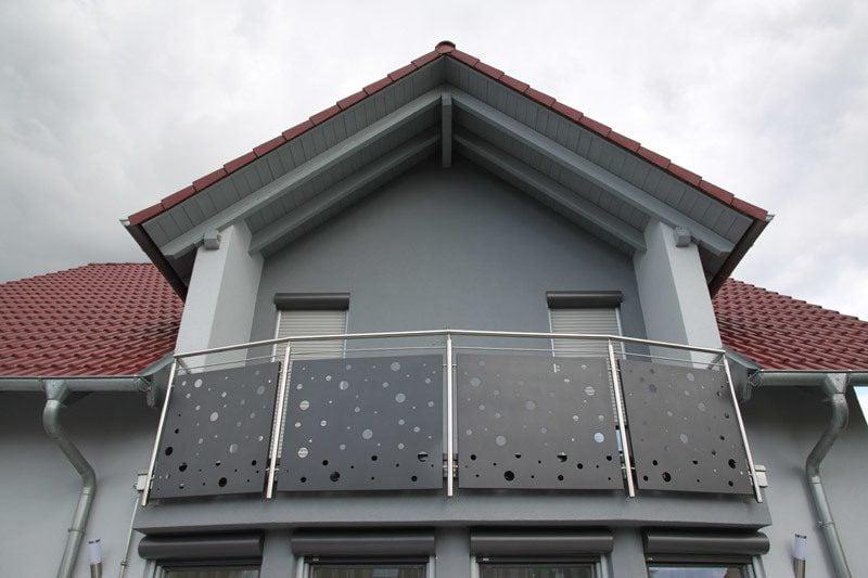balkonverkleidung 26 praktische beispiele f r mehr komfort balkon terrassen zenideen. Black Bedroom Furniture Sets. Home Design Ideas