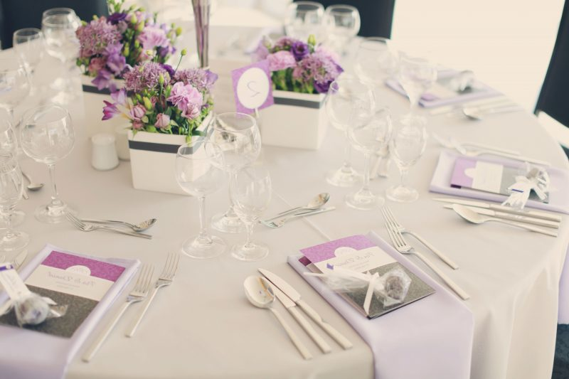 Blumen tischdeko eine frische idee deko feiern - Romantisch idee ...