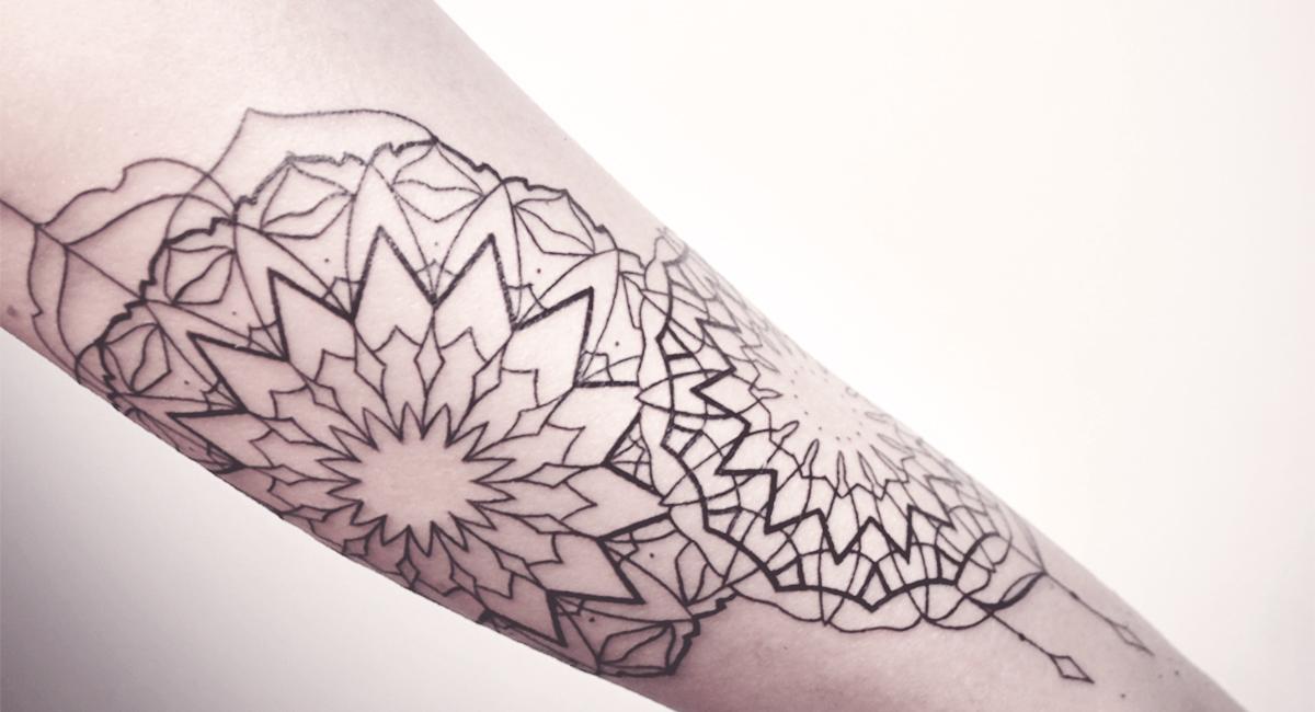schwarze filigrane tattoos