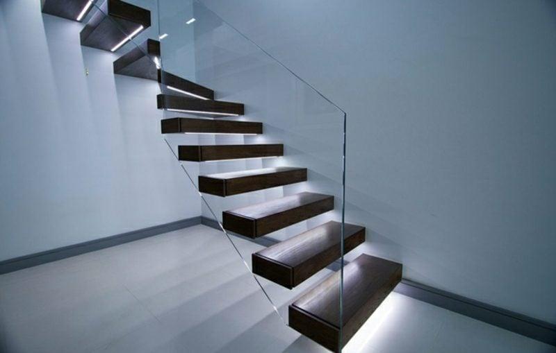 freitragende Treppe mit integrierter Beleuchtung