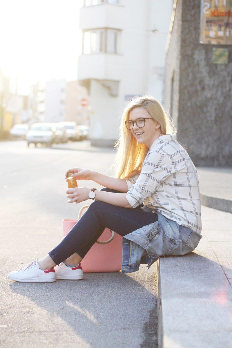 Frühlingsoutfit Hemd Sneakers