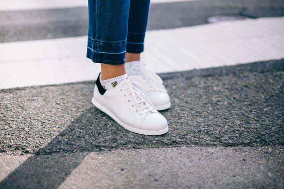 Ideen für Frühlingsoutfit mit weißen Sneakers