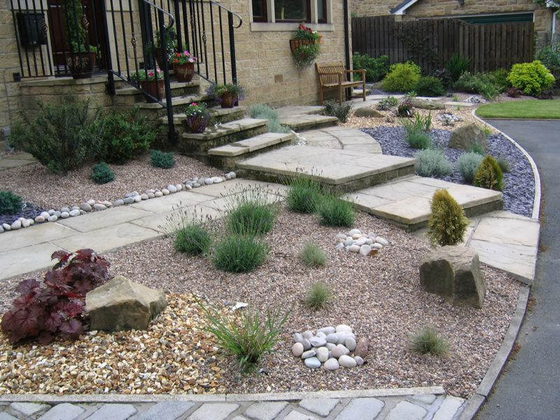 Gartengestaltung mit Kies vor dem Haus