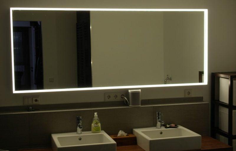 grosser beleuchteter Spiegel Badezimmer