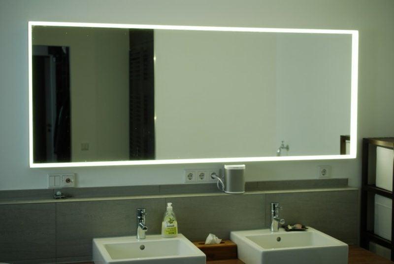 grosser Badspiegel mit integrierter Beleuchtung