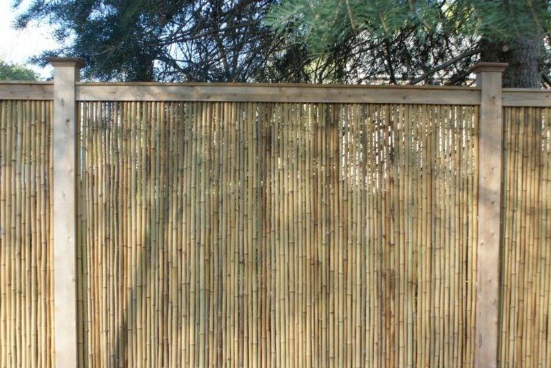 hoher Gartenzaun aus Bambus