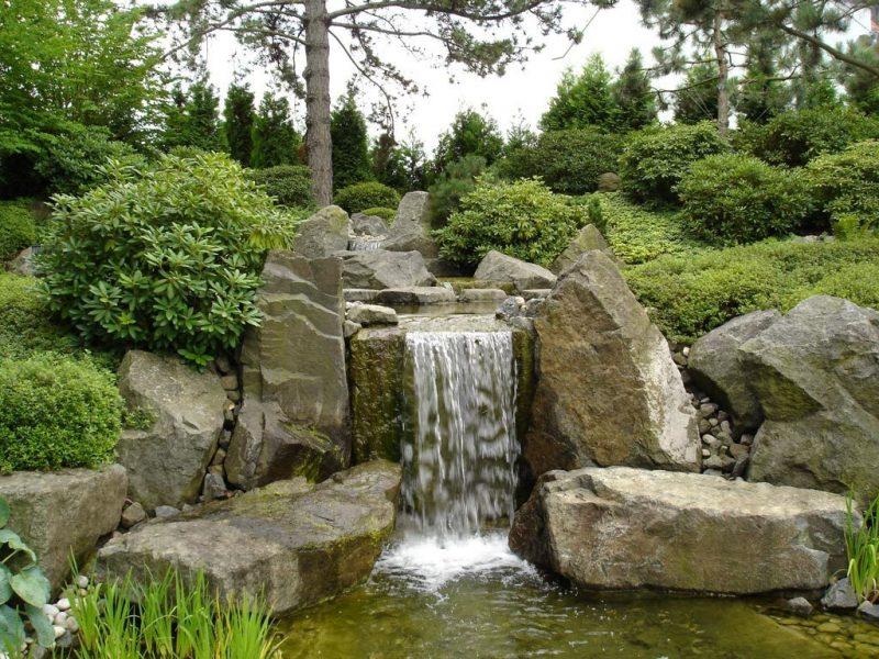 Japanische Gärten Wasserfall mit Steinen