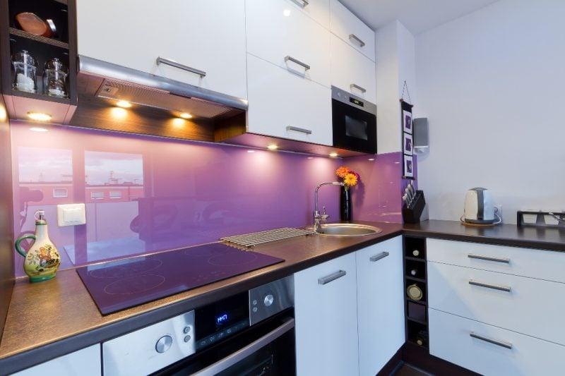 küche glasrückwand lila