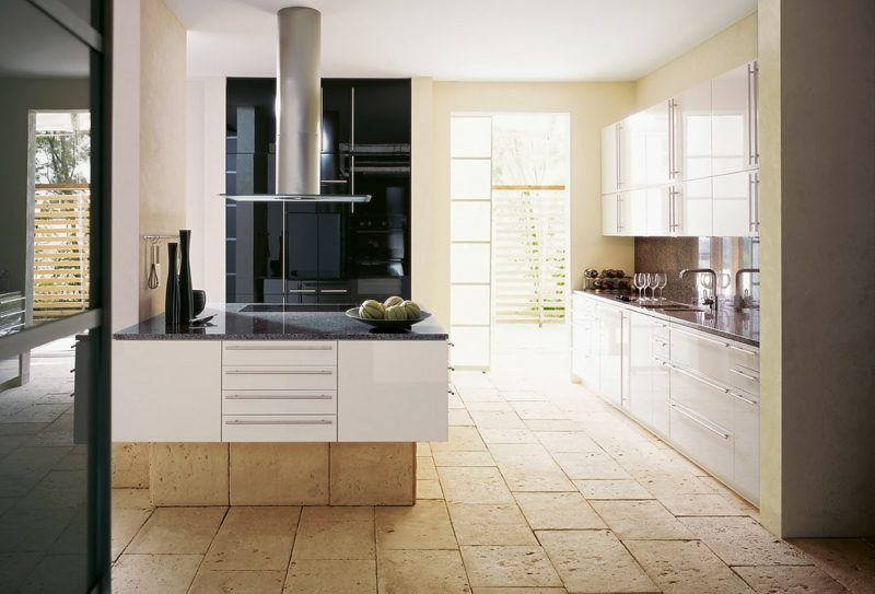 helle Küche mit Kücheninsel
