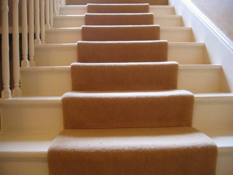 der treppenteppich als akzent im eingangsbereich. Black Bedroom Furniture Sets. Home Design Ideas
