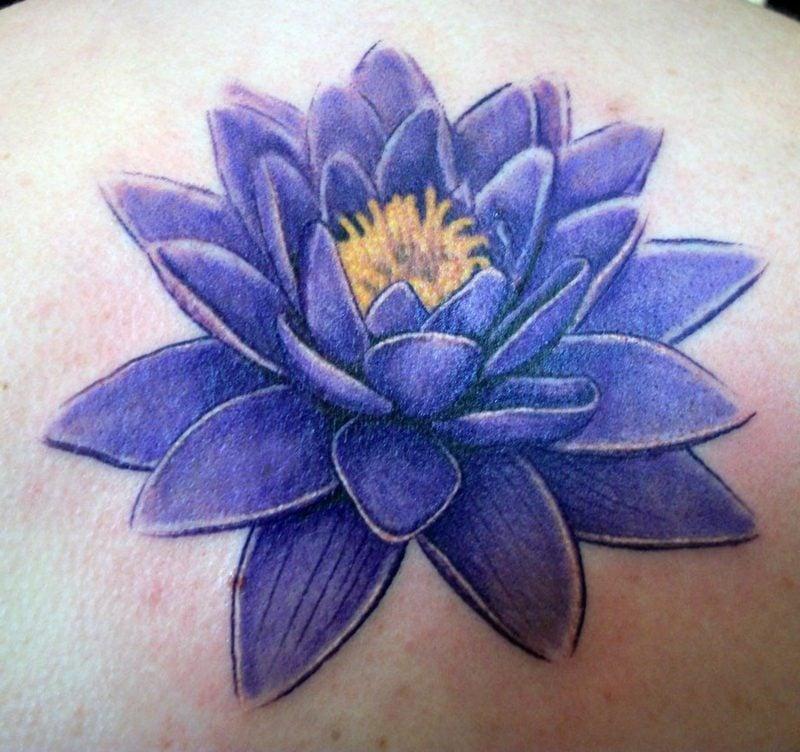 blaue Wasserlilie Tattoo