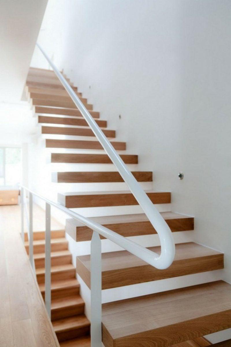 freihängende Treppe mit weissem Handlauf