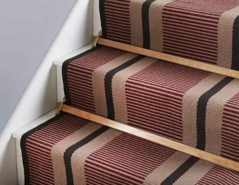 Treppe mit Streifenteppich