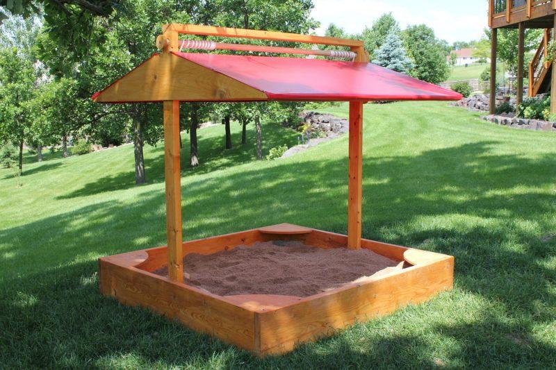 Sandkasten bauen mit Dach