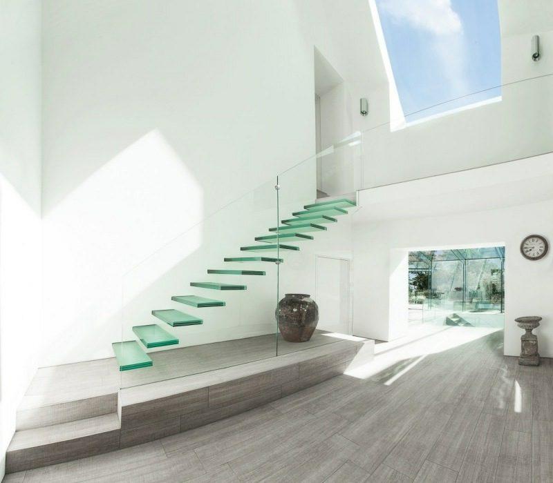 freihängende Treppe aus Glas