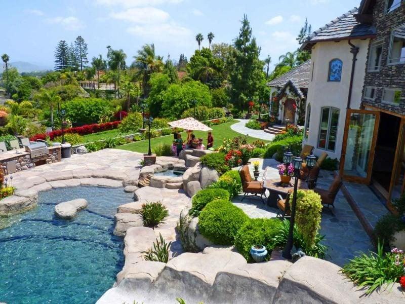Swimmingpool mit Steinen
