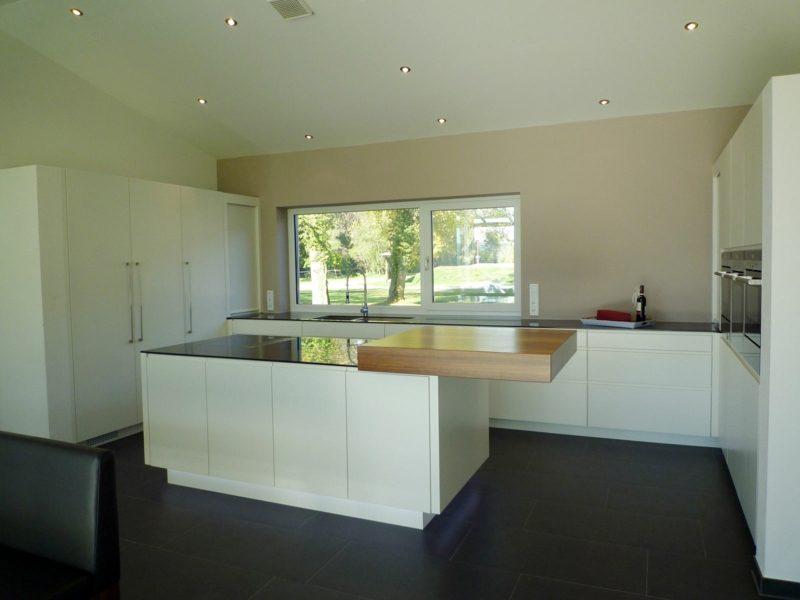 moderne minimalistische Küche mit Kücheninsel
