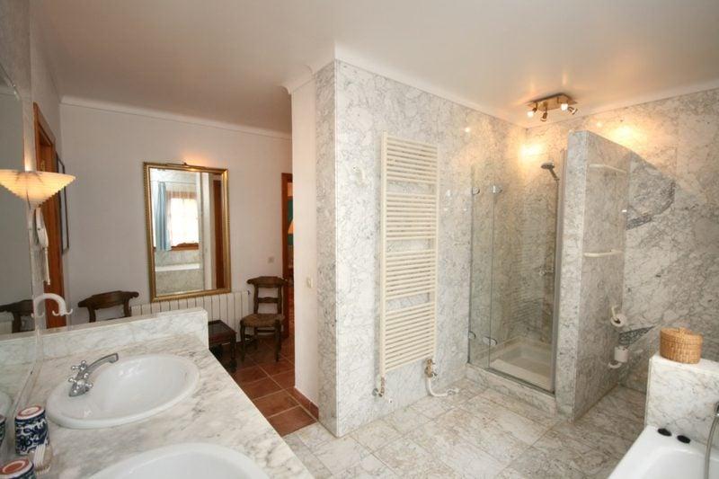 Badezimmer modern gemauerte Dusche