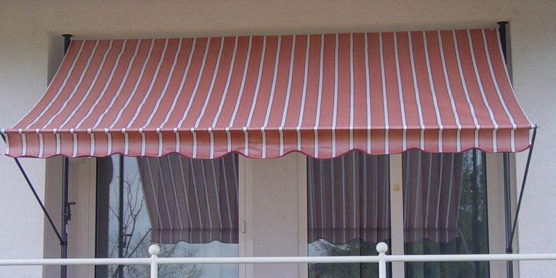 Balkonmarkise rote und weisse Streifen