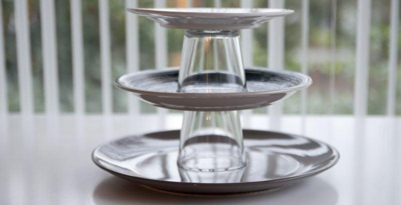Etagere aus Tellern und Gläsern