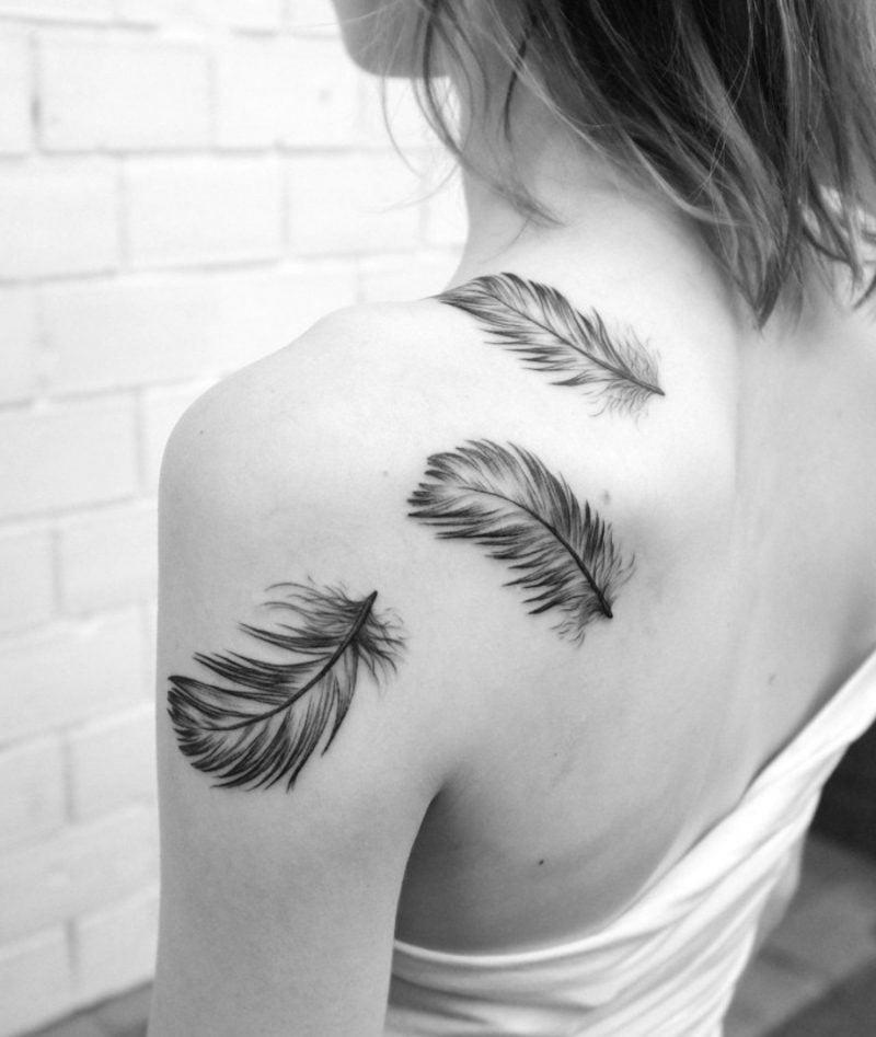 Tattoo mit Federn am Rücken