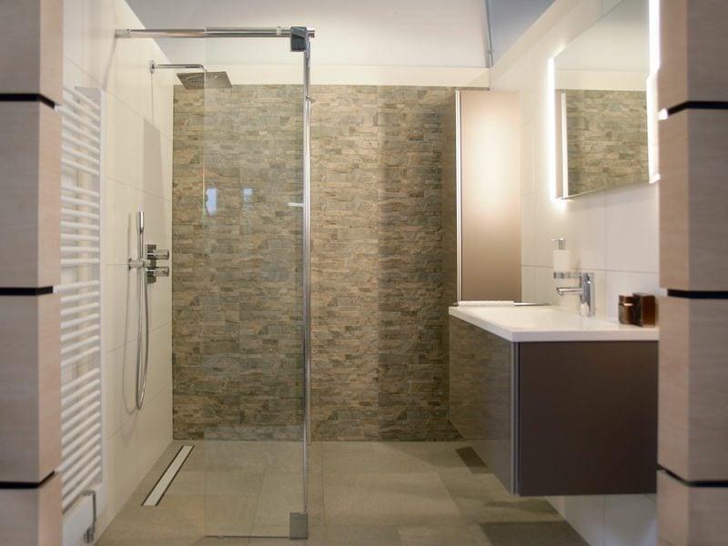 modernes Design Badezimmer Akzentwand gemauerte Dusche