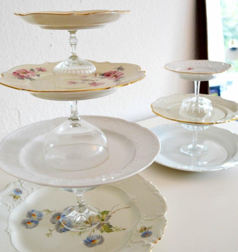 Etagere selber machen Porzellanteller und Gläser