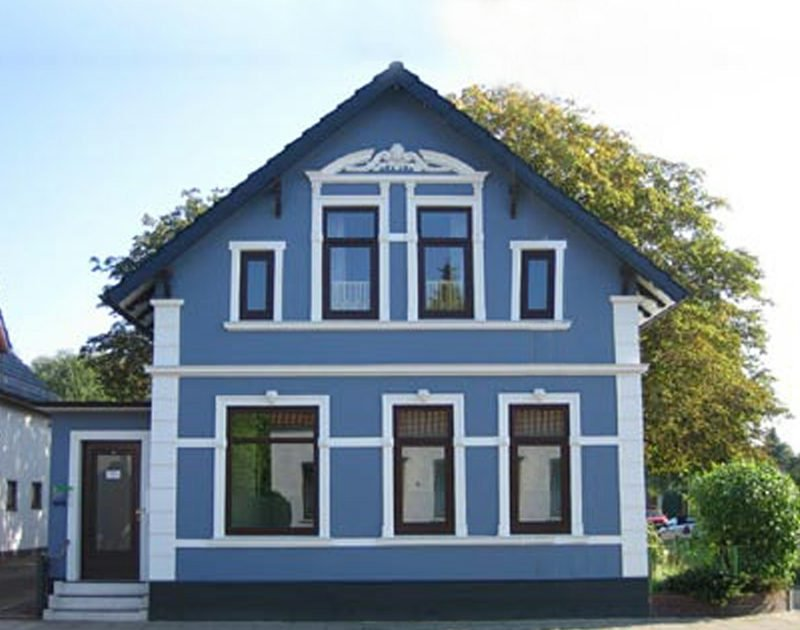 Hausfassade Blau weisse Akzente