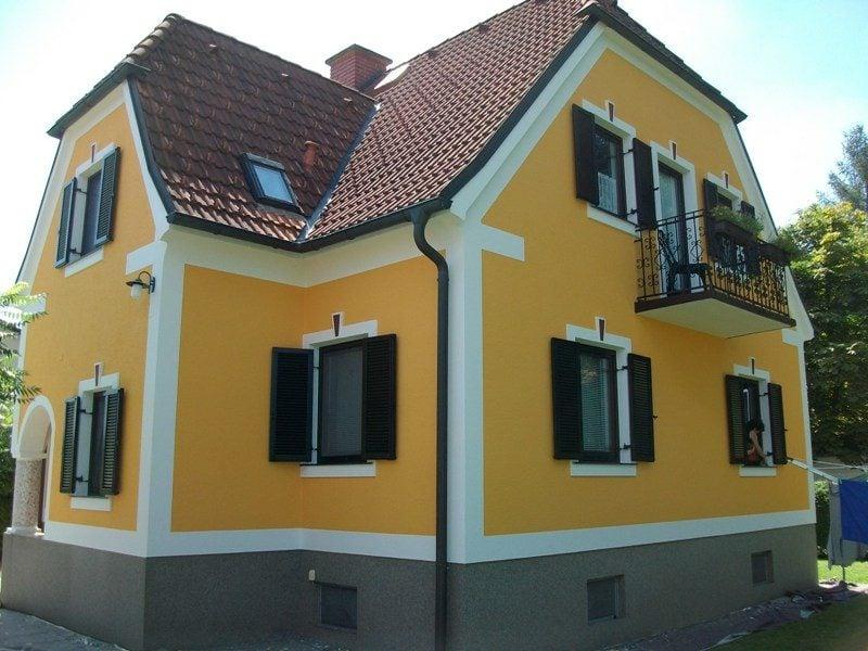 attraktive Hausfassade im Weiss und Gelb