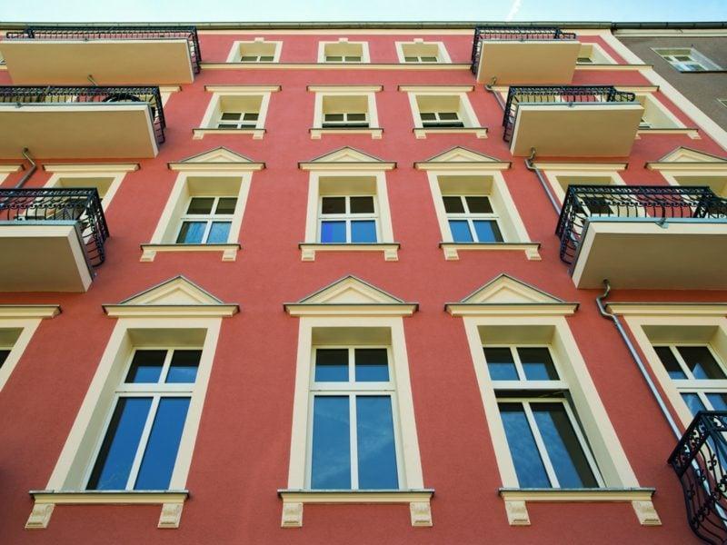 Hausfassade im Rot mit weissen Akzenten
