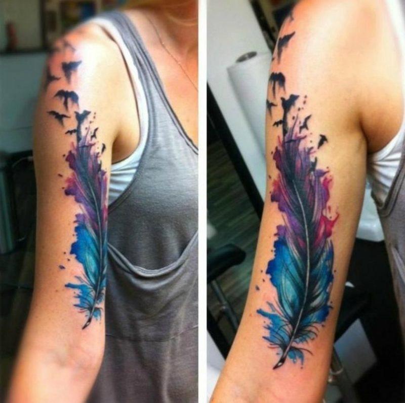 Feder Tattoo Oberarm Wasserfarbe
