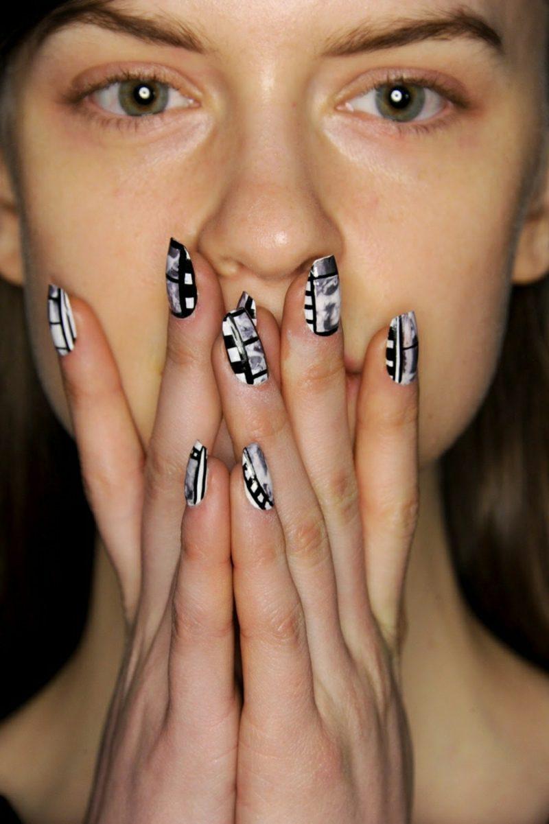 Fingernägel Schwarz und Weiss