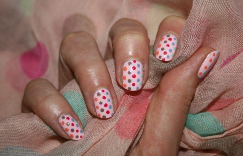 Fingernägel mit farbigen Punkten rosa Nagellack