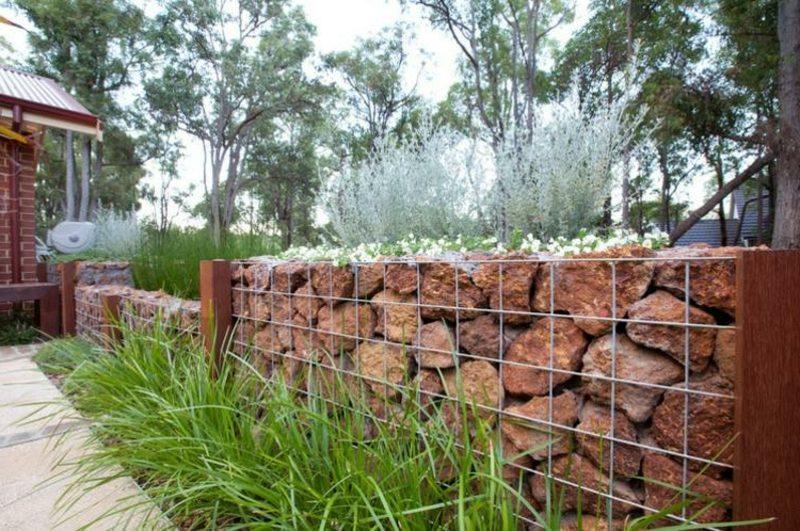 niedrige Gabionenwand aus Stein