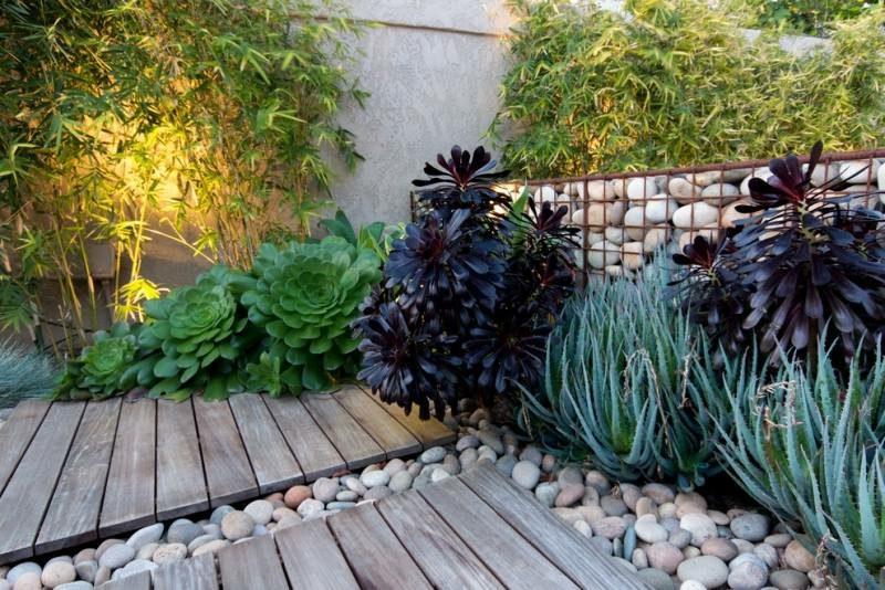 Gabionenwand aus Naturstein bepflanzt