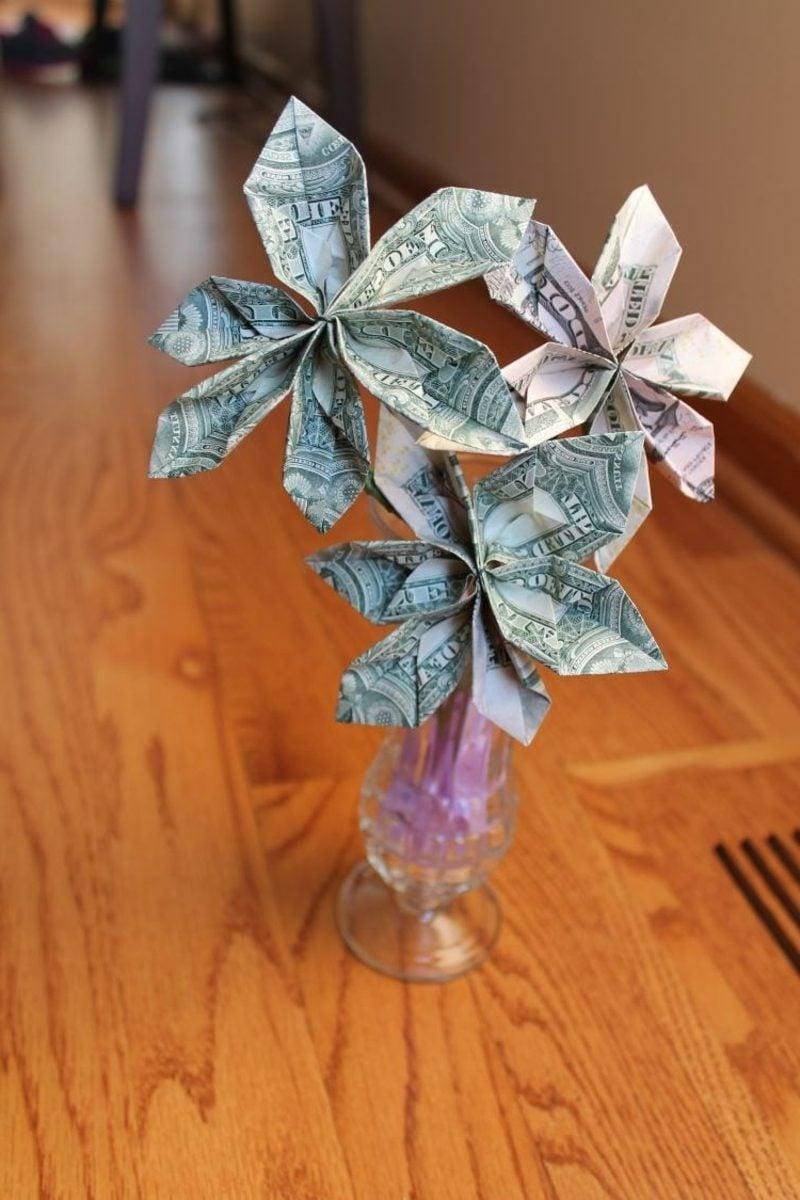 drei originelle Blumen aus Geldscheinen