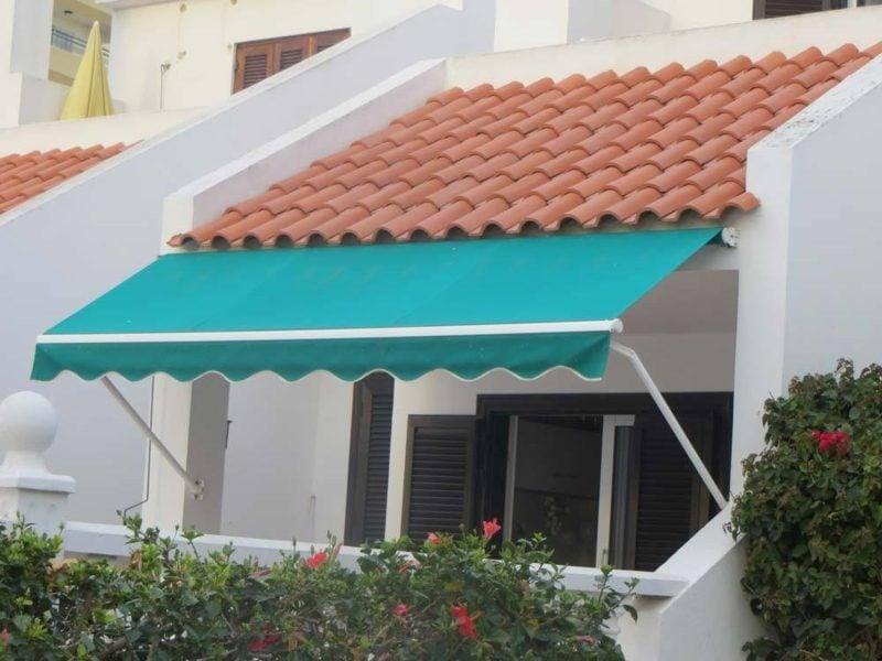 blaue Gelenkarmmarkise Balkon