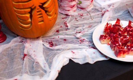 Tischdecke mit Kunstblutflecken