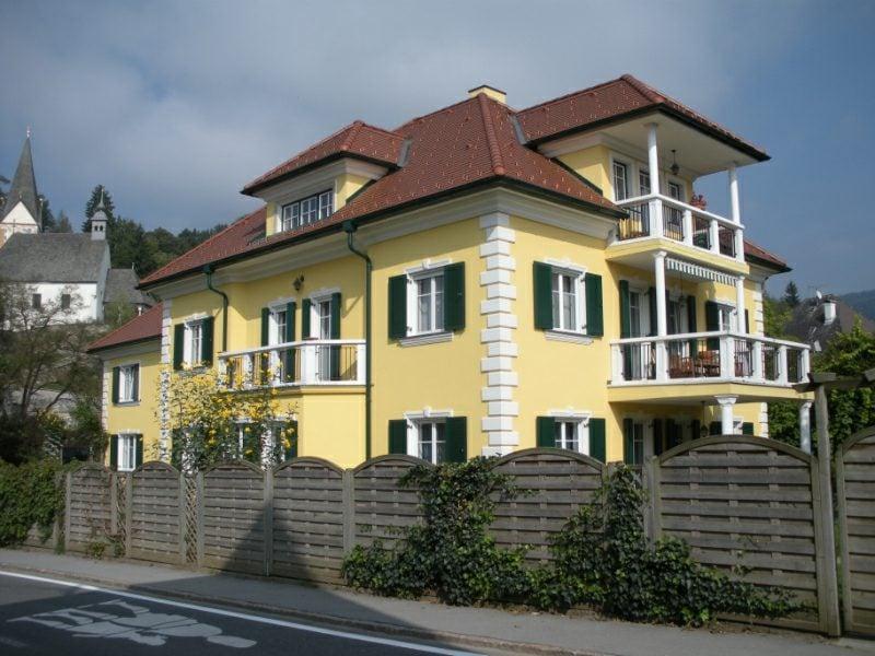 Hausfassade, gestaltet im Weiss und Hellgelb