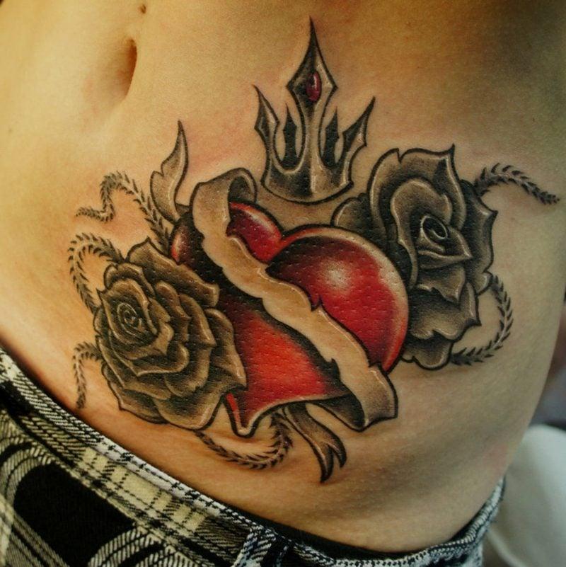 rotes Herz und schwarze Rosen Tattoo am Bauch