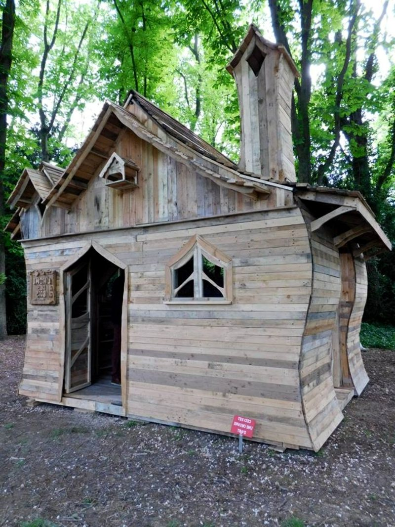 holzbungalow pallet cabin with funny building