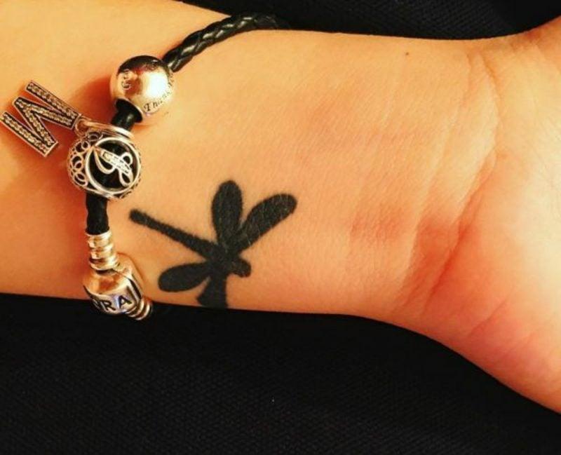 kleine Libelle Tattoo am Handgelenk