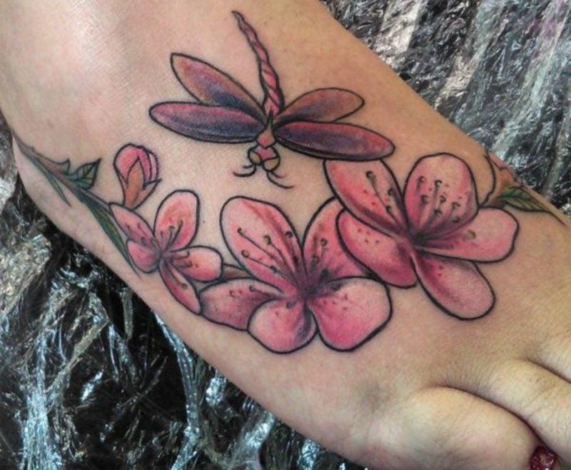 Libelle und Blumen interessanter Tattoo