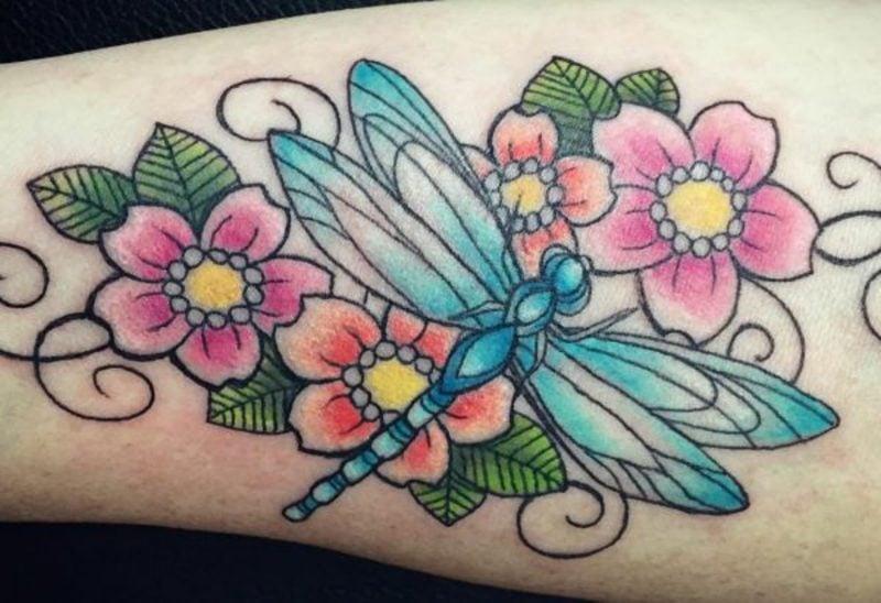 Tattoo Libelle und Blumen
