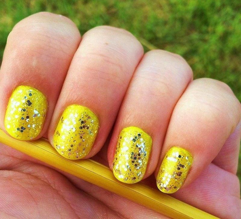 Fingernägel im Gelb Glitzer