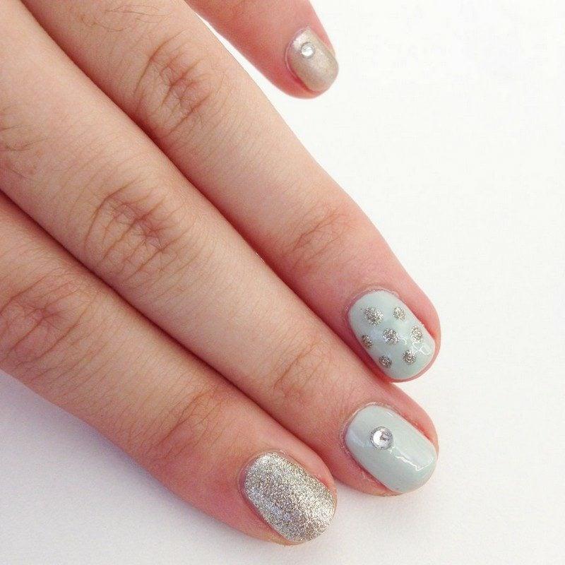 Fingernägel in Pastellnuancen mit Glitzern