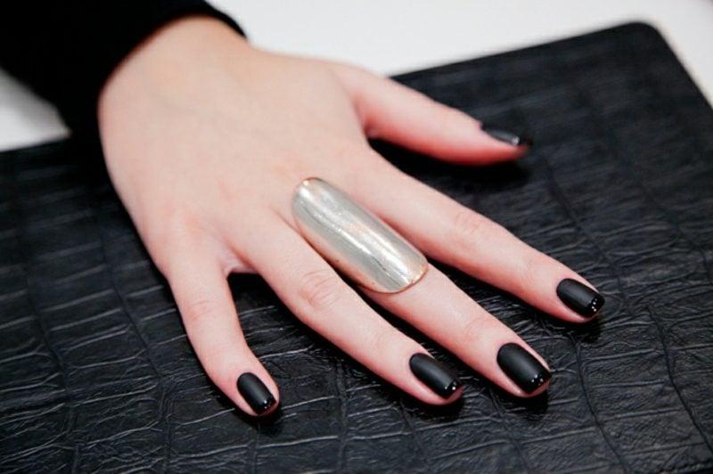 Fingernägel in Schwarz