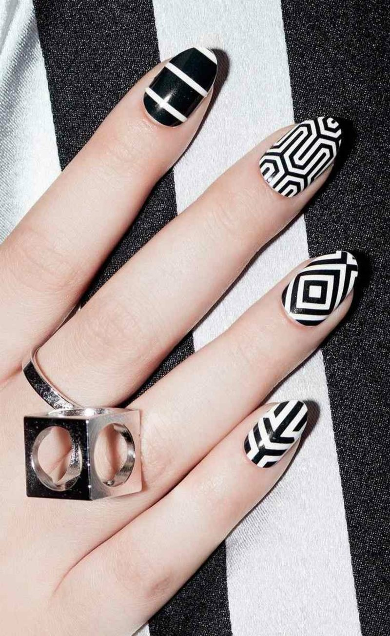 Fingernägel geometrische Motive Schwarz and Weiss