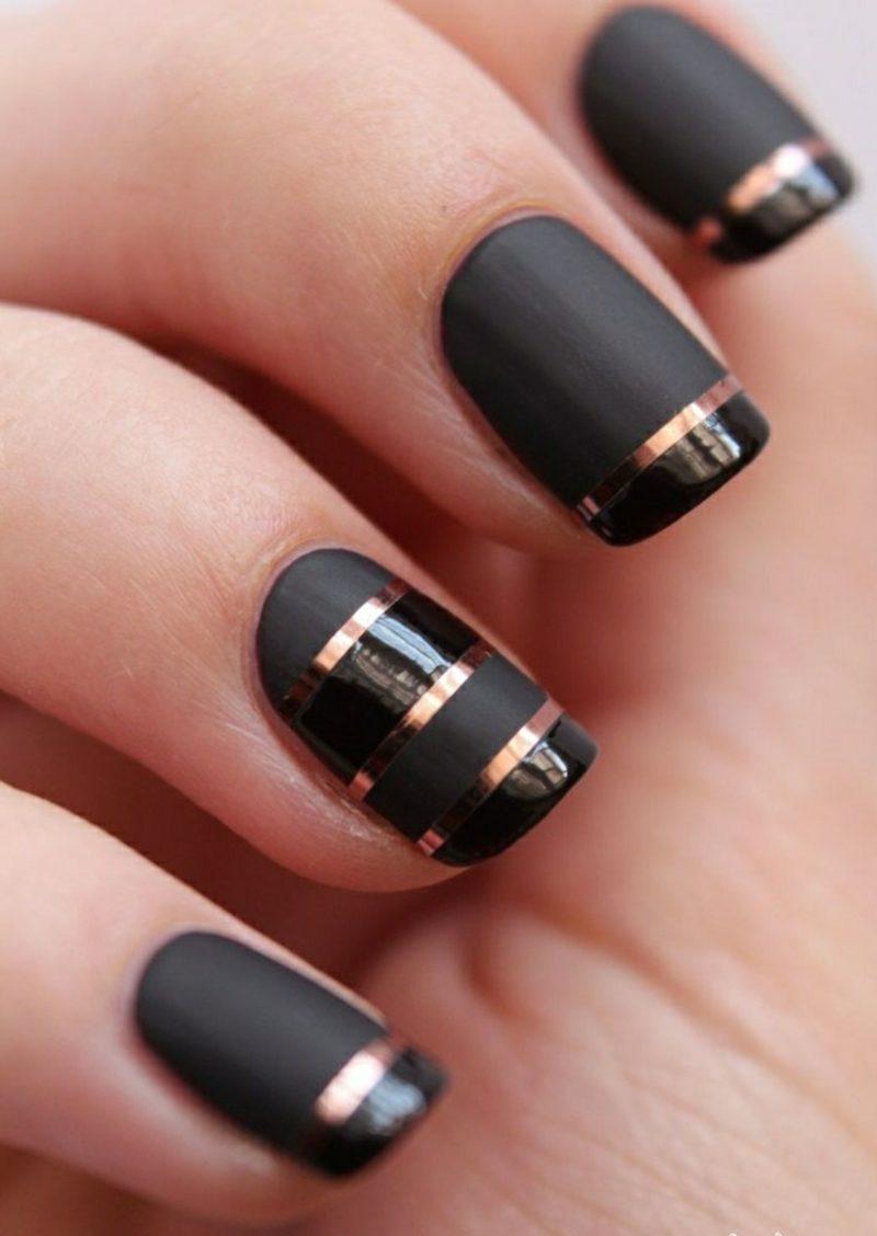 schwarze Fingernägel mit goldenen Zierstreifen