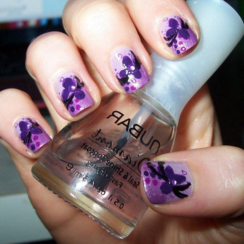 Fingernägel Blumen in Violett